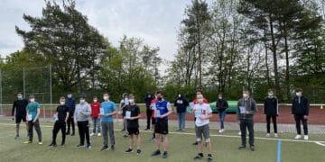 Stolz präsentieren die Schüler der Sportkurse der Klassen 10 aus der Gesamtschule Gleiberger Land ihre erreichten Laufabzeichen mit Sportlehrer Thomas Eckhardt.